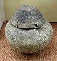 Età del bronzo recente, vaso cinerario con coperchio dalla necropoli del bovolone.jpg
