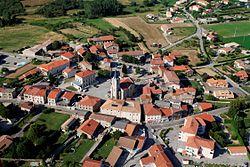 Félines (Ardèche) vue aérienne centre village.jpg