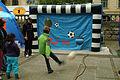 Für die Jüngsten Triff den Fußball unten links oder oben rechts Aufblasbares Tor auf dem Trammplatz TUI Marathon Hannover 2012.jpg