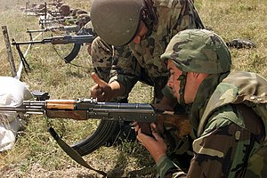 Squad automatic weapon - A Romanian soldier instructs a U.S. marine in clearing an RPK, a squad automatic weapon variant of the AKM.