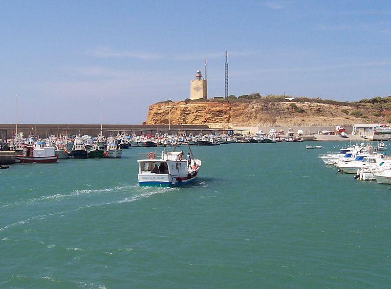 Vista del puerto y del faro de Roche