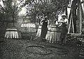 Fassbauen beim Fass zusammenziehen 1935.jpg