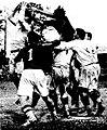 Finale du championnat de France de rugby 1931, saut de Barrère (foncé), qui essaie de ravir la balle d'un lyonnais.jpg