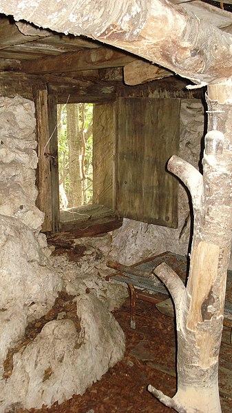 File:Foto dell'abitazione del pittore francese Charles Moulin sul Monte Marrone (interno).JPG