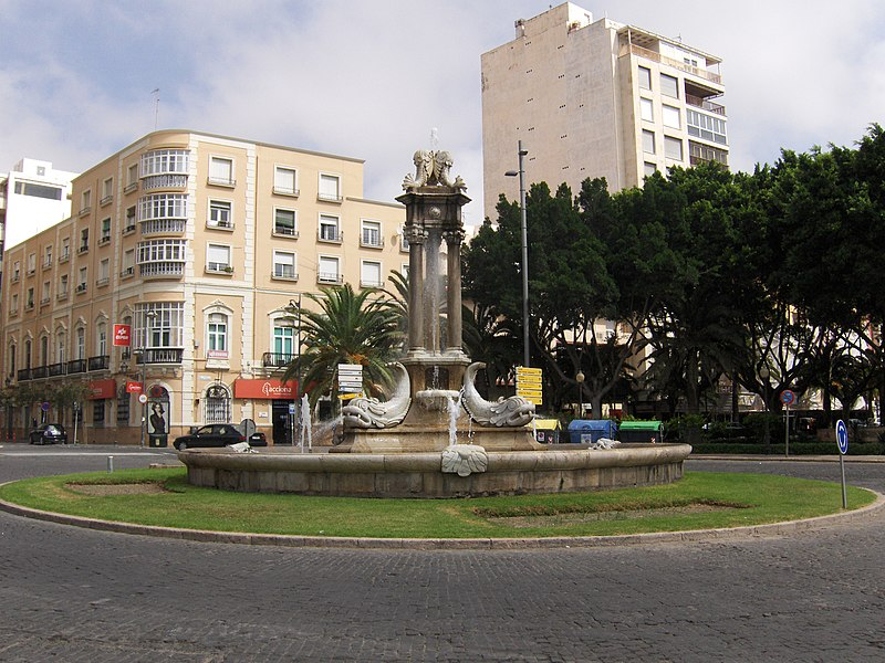 https://upload.wikimedia.org/wikipedia/commons/thumb/c/cb/Fuente_de_los_peces.JPG/800px-Fuente_de_los_peces.JPG