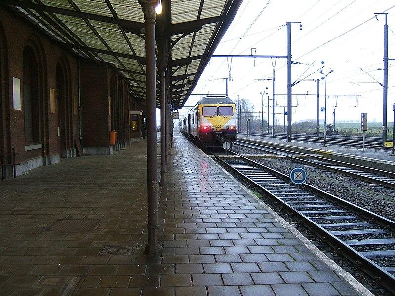 Intérieur de la gare de Quévy en Belgique. Marquise et quais avec l'arrivée d'un train belge en 2008.