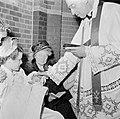 Geestelijke doopt baby, Bestanddeelnr 255-8592.jpg