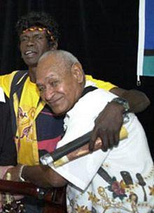 Burarrwanga (izquierda) con Seaman Dan (derecha) en 2002