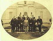 Anos 30: Alfredo Ferreira Lage e o presidente Getúlio Vargas (centro) na entrada do museu