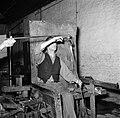 Glasblazers aan het werk in de fabriek, Bestanddeelnr 252-8903.jpg