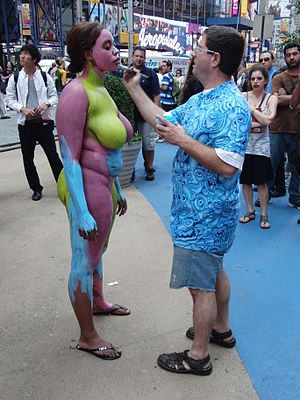 English: Andy Golub paints model in Times Square