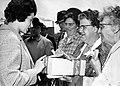 HUA-171877-Afbeelding van de overhandiging van een doos met gratis treinkaartjes door N.S.-ambassadrice Jeanne Vollemans aan een deputatie van Vlaardingse bejaardentehuizen ter gelegenheid van de opening van het.jpg