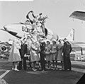 Haarlemse bloemenmeisjes op bezoek bij Amerikaanse Vlootbezoek, Bestanddeelnr 913-6520.jpg