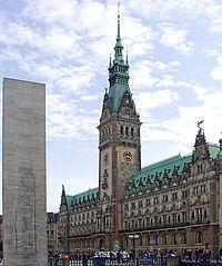 Hamburg Rathaus mit Mahnmal 01 KMJ.jpg