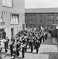 Harmonie Phileutonia marcherend, uiterst links met hoge hoed fabrieksdirecteur J, Bestanddeelnr 255-8537.jpg