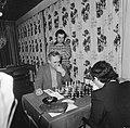 Hoogovenschaaktoernooi Geller, Sosonko kijkt, Bestanddeelnr 928-9963.jpg