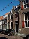 foto van Huis met bakstenen pilastergevel met rechte kroonlijst, waarschijnlijk oorspronkelijk directiewoning van het O.I.Huis