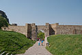 Hrad Devín - pohled z vnějšího hradního areálu na vnější hradbu se vstupní bránou.jpg