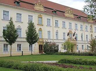 Komárom - Image: Hungary, Komárom, a Petőfi Sándor általános iskola a Szabadság téren