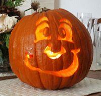 Jack-o'-lantern possono essere intagliati con una faccia amichevole, come qui sopra, un'espressione minacciosa, o con un aspetto a metà tra i due. Una candela illumina la zucca dall'interno