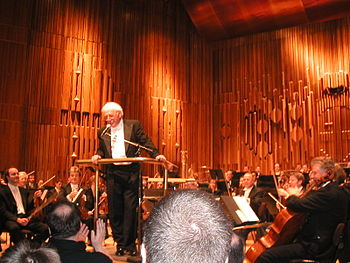 English: Jerry Goldsmith conducting London Sym...