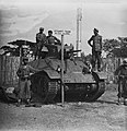 KNIL militairen bij een Stuart Tank Op het bord de tekst 'Stuart Tank, 4e Esk, Bestanddeelnr 10962.jpg