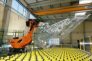 Articulated robot - Image: KUKA robot for flat glas handling