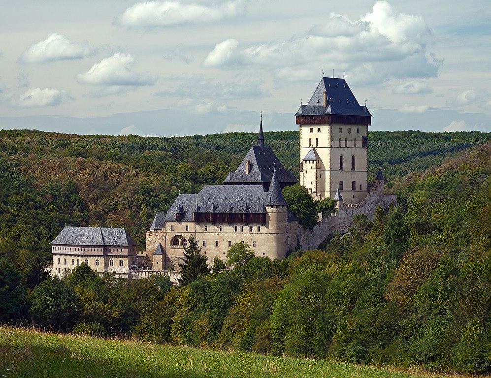 Chateau de Karlštejn entouré d'une épaisse forêt. Photo de Ввласенко