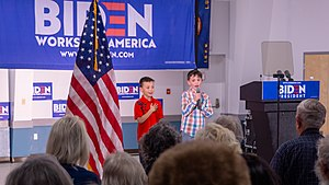 Kids reciting the pledge of allegiance (48010804692).jpg
