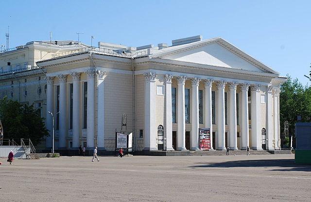 https://upload.wikimedia.org/wikipedia/commons/thumb/c/cb/Kirov_Regional_Drama_Theatre.jpg/640px-Kirov_Regional_Drama_Theatre.jpg