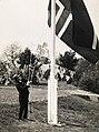 Knut Hamsun (1859-1952) heiser flaget på Nørholm (22747970816).jpg