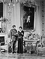 Koning Leopold III en koningin Astrid van België staande bij een tafel op de ac, Bestanddeelnr 254-6169.jpg