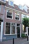 In twee woningen opgesplitst pand, met verdieping onder dwarsgeplaatst pannen zadeldak