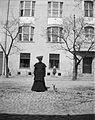 Kvinna i kappa med hund. Kvinnan är gravid - Nordiska Museet - NMA.0041375.jpg