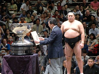 Kyokutenhō Masaru - Receiving the Prime Minister's cup in May 2012