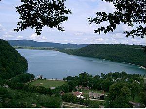 Lac de Chalain - Image: Lac de Chalain Fontenu (Jura)