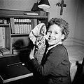 Lachend meisje toont haar zelf geknutselde pop, Bestanddeelnr 252-9359.jpg
