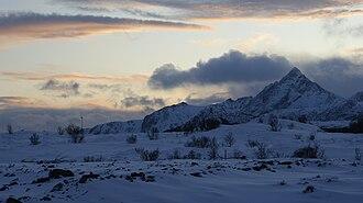Leknes - Leknes in winter: view towards Skottinden