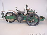 Leon Bollee 800 cc tricycle 1896.jpg