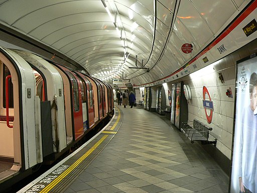 London Underground Central Line at Bank station 2005-12-10 01