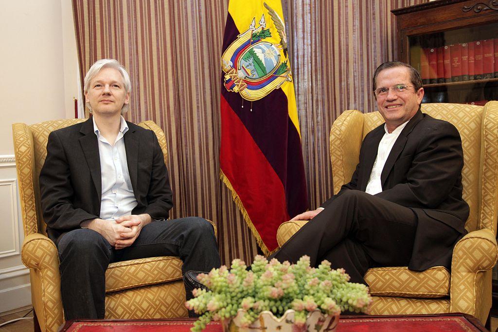 Londres, Reunión con Julian Assange (9501908065).jpg