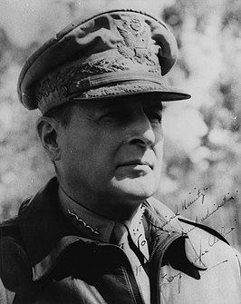 "Douglas MacArthur (1943 of '44) Opschrift:""To Admiral Nimitz. With regard and admiration. Douglas MacArthur."""
