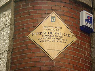 Christian Walls of Madrid - Commemorative placard located at the confluence of the calles de la Unión and de Vergara, where it is remember that, around that place, was the Puerta de Valnadú.