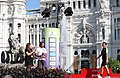Mayer entrega el premio a Giorgia Bronzini, ganadora de etapa de la carrera femenina Madrid Challenge By La Vuelta 01.jpg