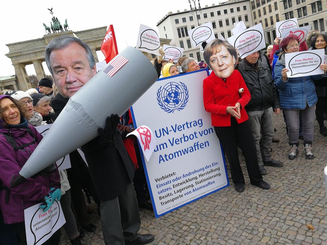 Menschenkette gegen Atomwaffen (38499249211).jpg