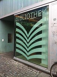 Mittelpunktbibliothek Adalbertstraße, Berlin.jpg