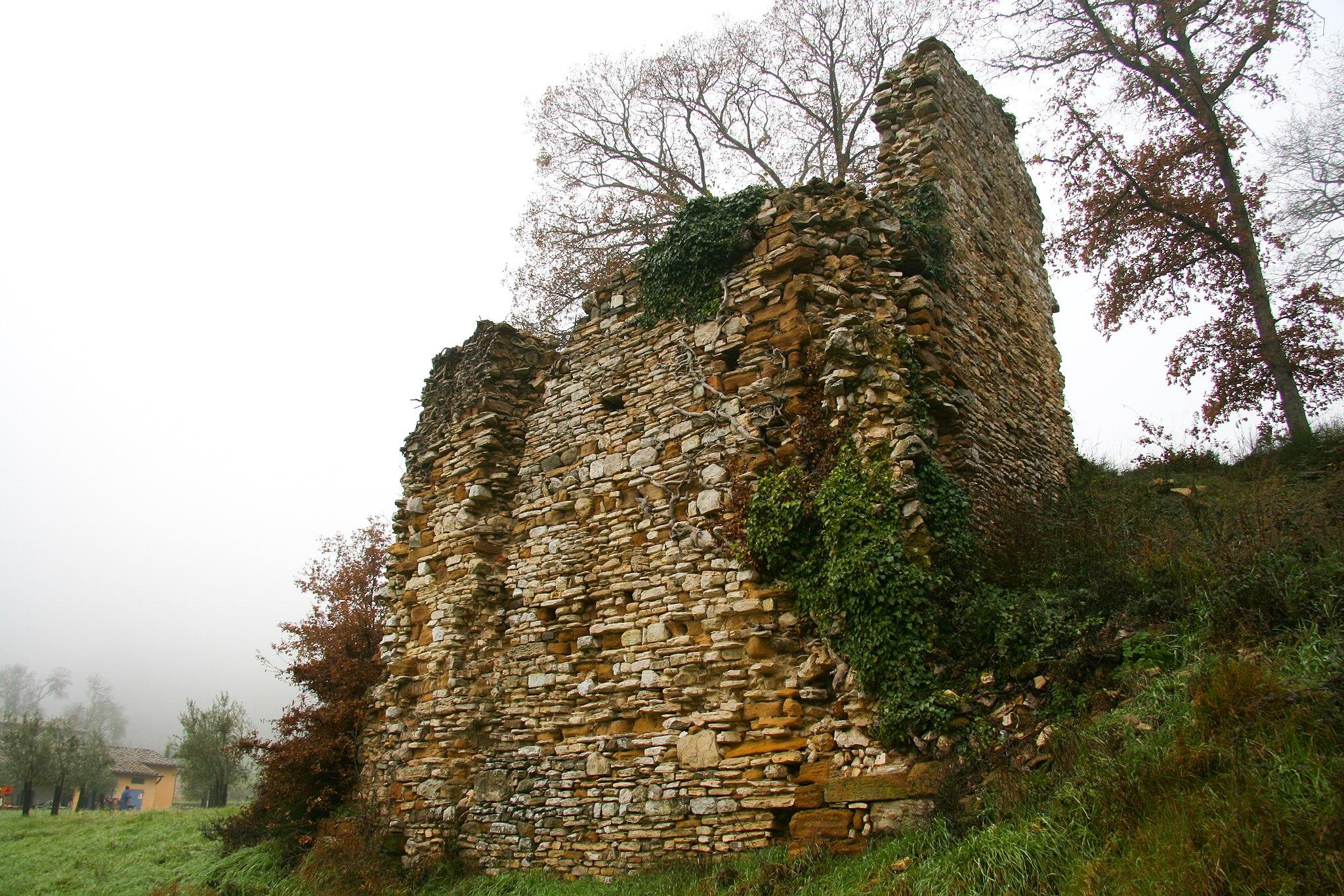 Ruderi del monastero di Santa Maria, Montefollonico. Mura di cinta del monastero, viste da ovest.