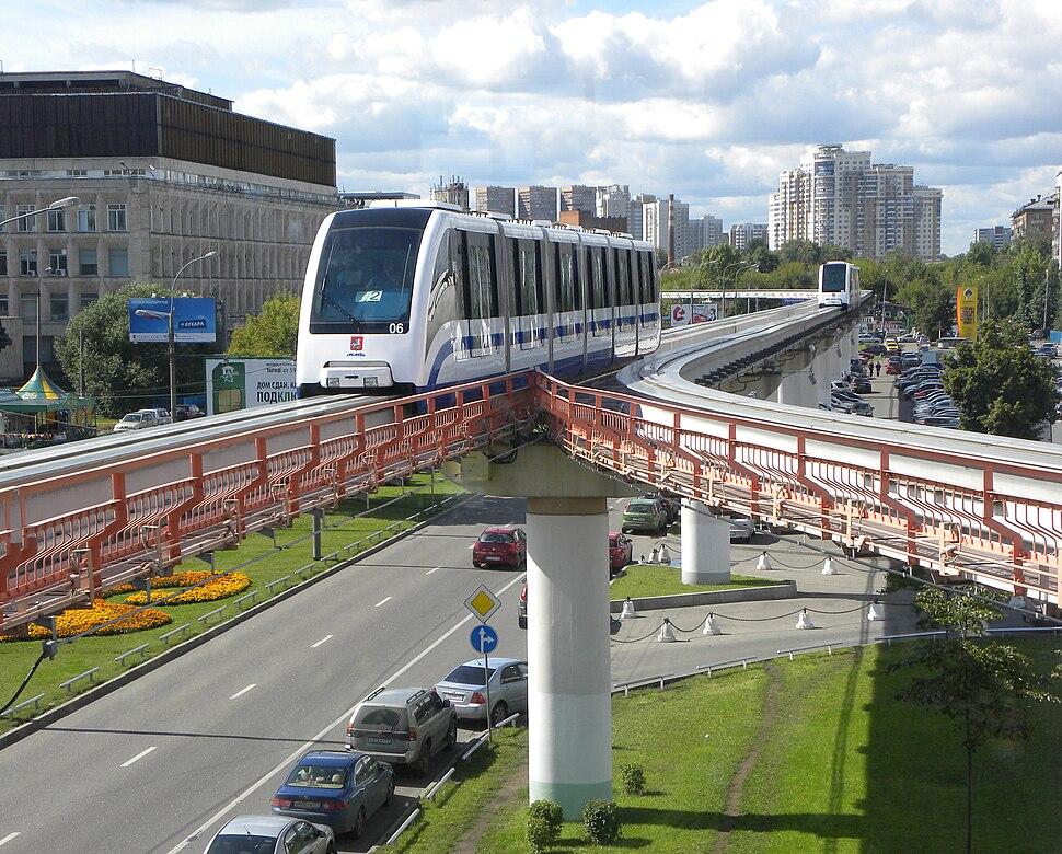 Monorail Moskau - Einfahrt in Station Telezentrum