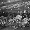 Muziekkorps tijdens uitvoering in zaal met bovenlicht, met op de voorgrond bloem, Bestanddeelnr 255-8536.jpg
