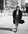 Nő, 1940 Budapest, a Belgrád (Ferencz József) rakparton. Fortepan 31185.jpg
